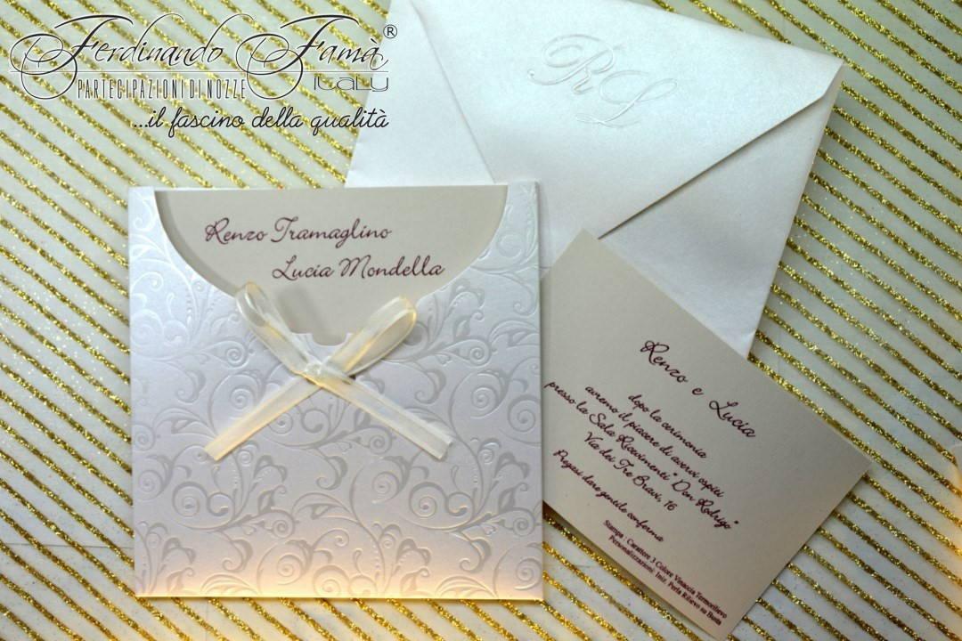 Partecipazioni di nozze quadrata con portafoglio con nastrino